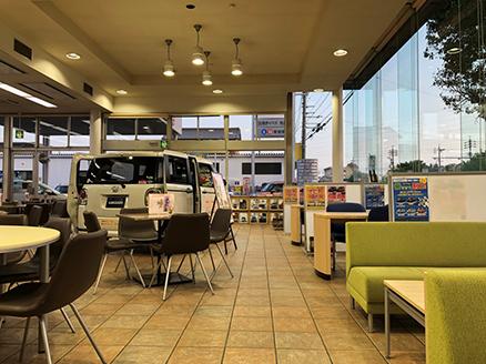 ソファ席や商談ブースなどくつろげる空間でお待ちしております。