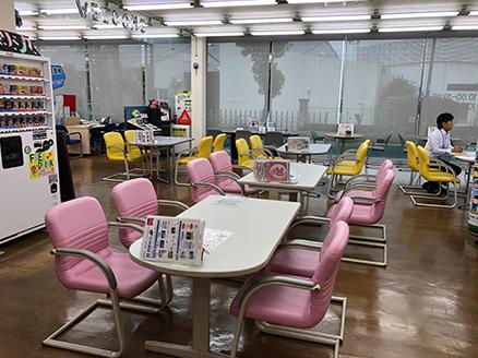ゆっくりとくつろげるカラフルな椅子とテーブル