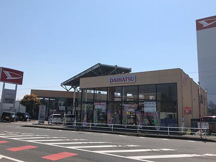 新幹線ガード横、ダイハツマークのタワーが目印です。