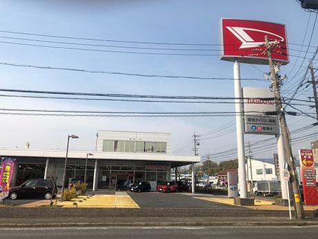 どこの方面から来店いただいても分かりやすい大型店舗広告塔