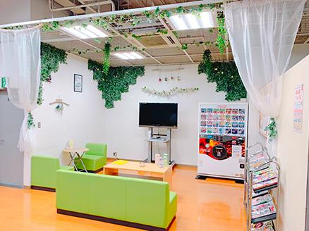 天井が高く、緑が多いカフェの様な空間が広がります。