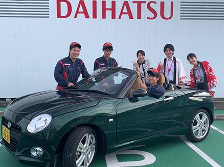 若くて元気のあるスタッフがお客さまのお車をしっかりサポート