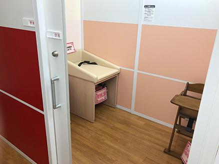 個室タイプの授乳室はおむつ交換台、授乳用椅子を備えています